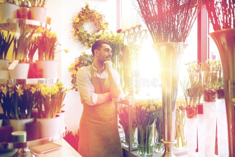 Человек или продавец флориста на цветочном магазине стоковые фото