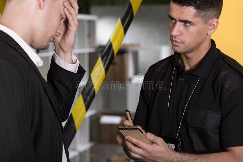 Человек и полицейский отчаяния стоковое изображение rf