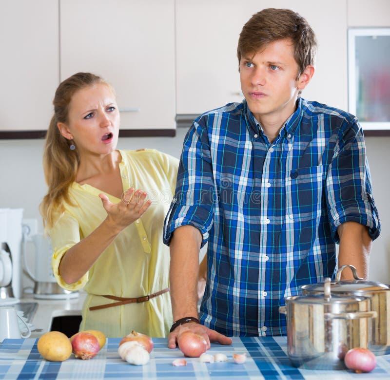 Человек и разочарованная домохозяйка имея плохой аргумент стоковая фотография