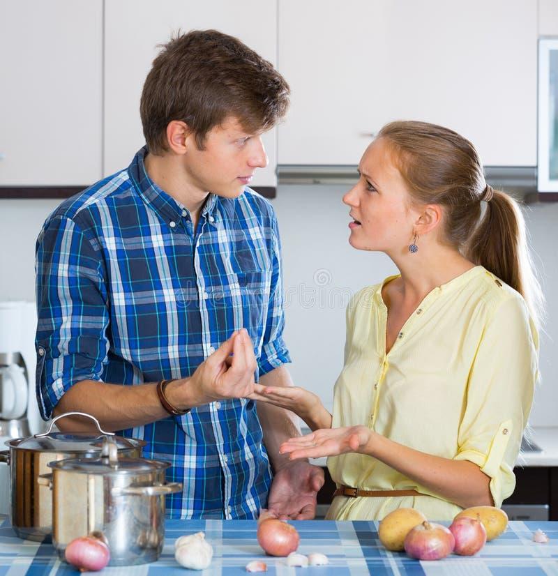 Человек и разочарованная домохозяйка имея плохой аргумент стоковые изображения