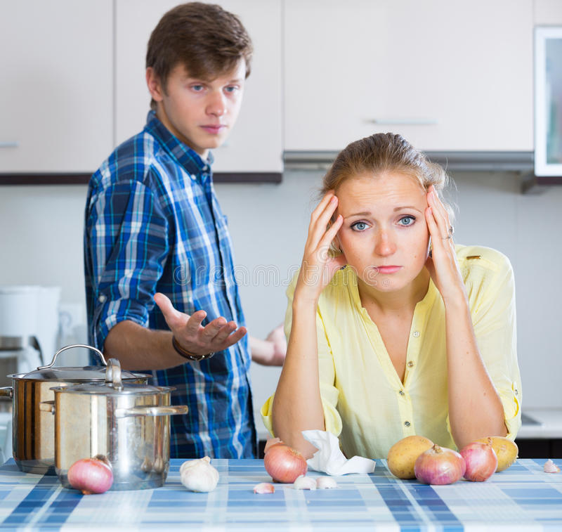 Человек и разочарованная домохозяйка имея плохой аргумент стоковое изображение