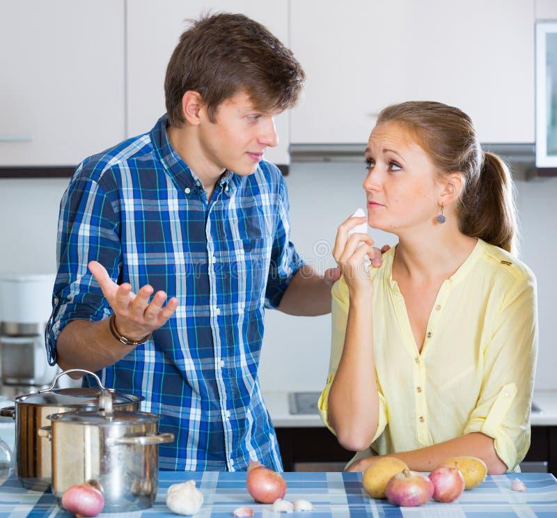 Человек и разочарованная домохозяйка имея плохой аргумент стоковая фотография rf
