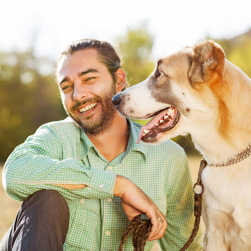 Человек и собака outdoors стоковое фото