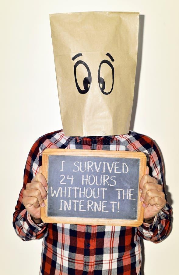 Человек и текст я выдержал 24 часа без интернета стоковые фото
