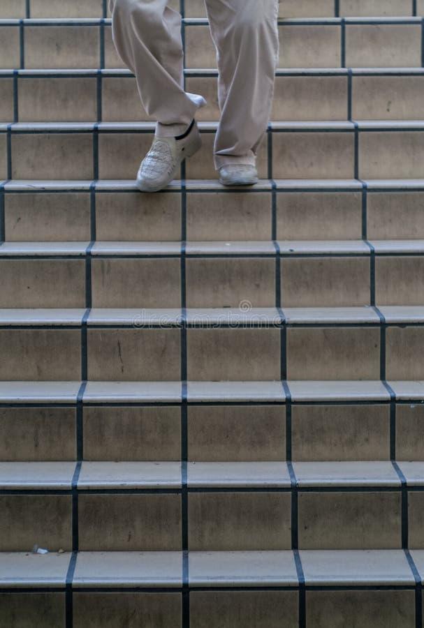 Человек идя вниз с лестниц стоковая фотография rf