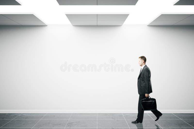 Человек идя в интерьер стоковое изображение rf