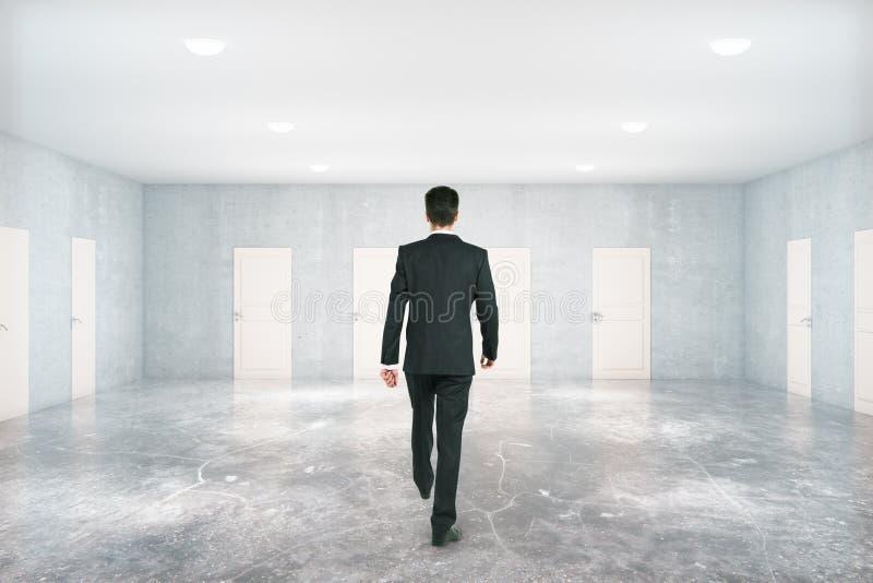 Человек идя в комнату с дверями стоковое изображение rf