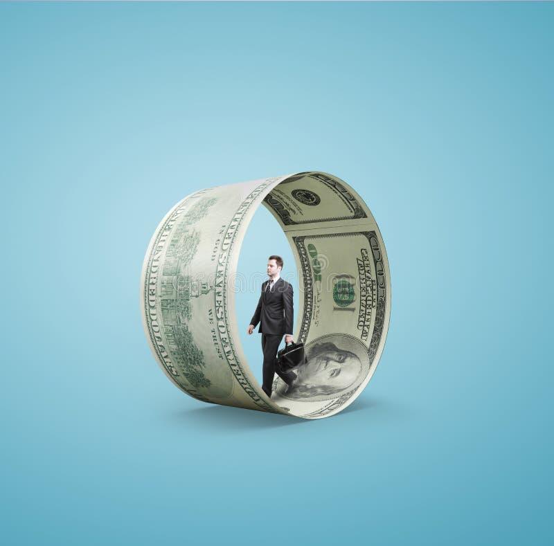 Человек идя в колесо денег стоковые изображения