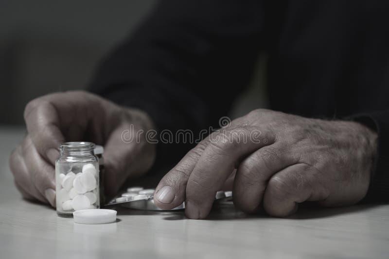 Человек идя перебирать лекарства стоковая фотография rf
