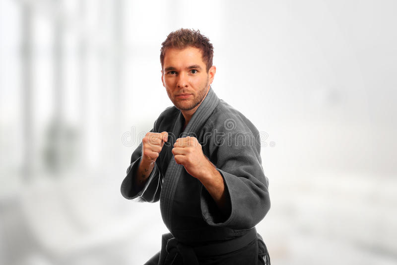 Человек карате в кимоно стоковое изображение