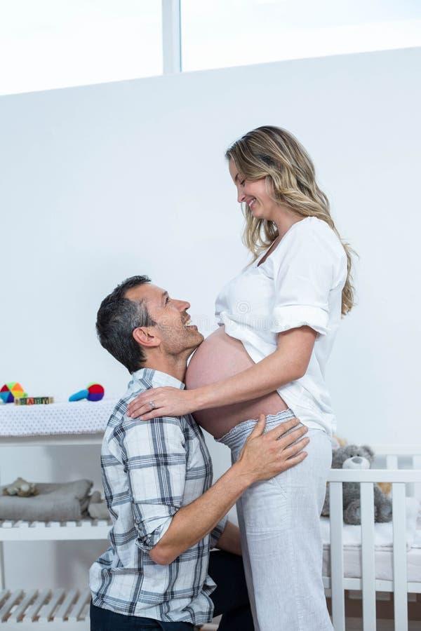 Человек касаясь животу беременной женщины стоковое фото