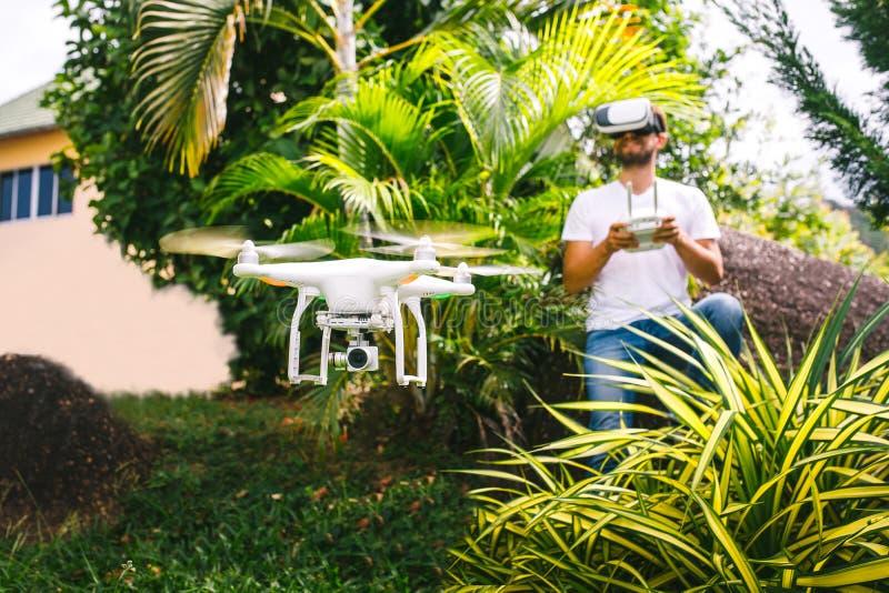 Человек контролирует quadrocopter стоковые фотографии rf