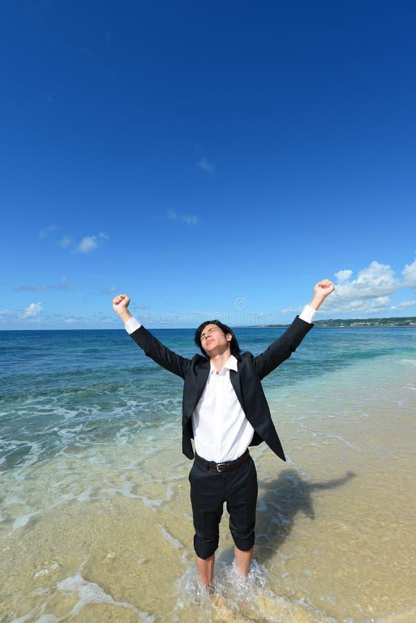 Download Человек который ослабляет на пляже. Стоковое Фото - изображение насчитывающей baxter, отдых: 37929062