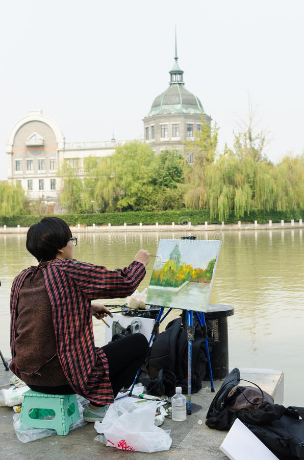 Человек крася реку стоковые фотографии rf