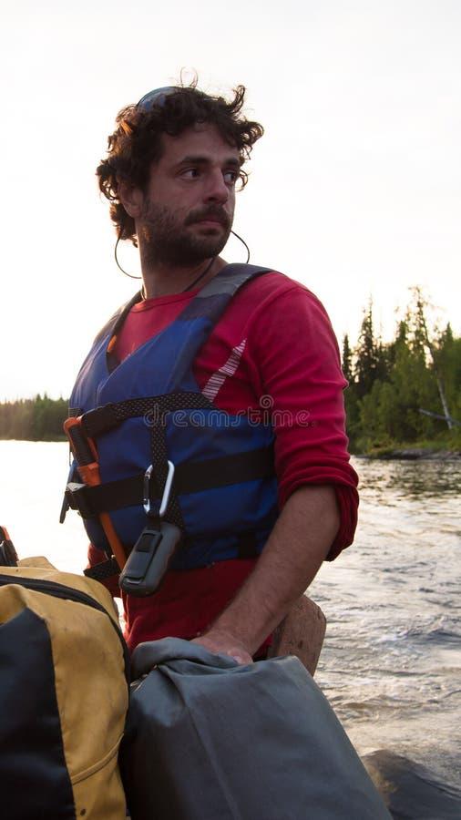 Человек крупного плана с бородой и спасательным жилетом стоковые изображения