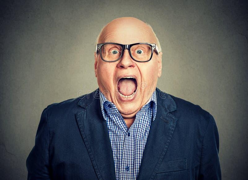Человек крупного плана удивленный портретом старший стоковое изображение rf