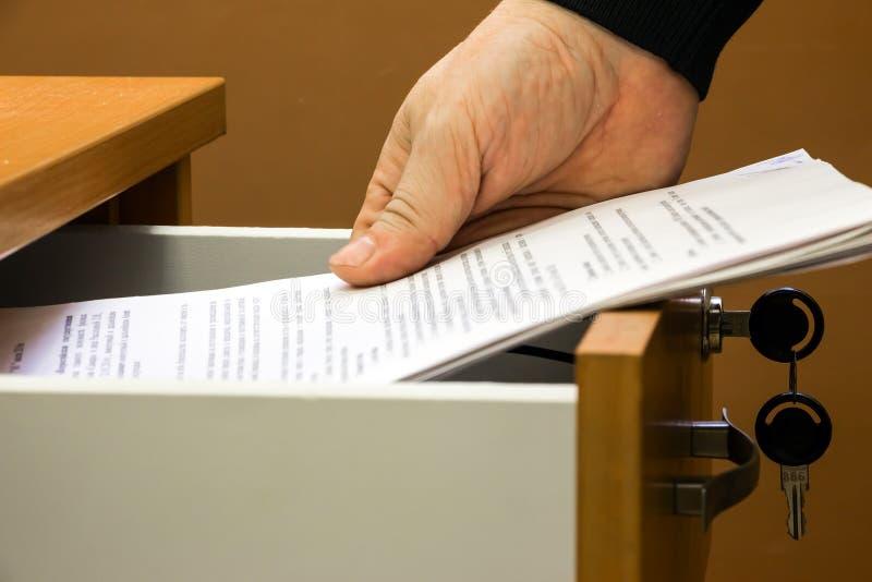Человек кладет документы стоковое изображение