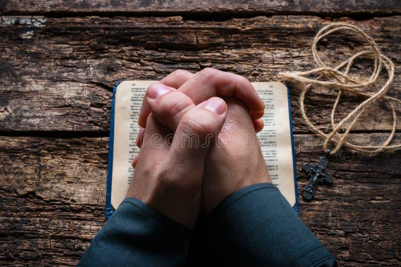 Человек моля на библии стоковое изображение rf