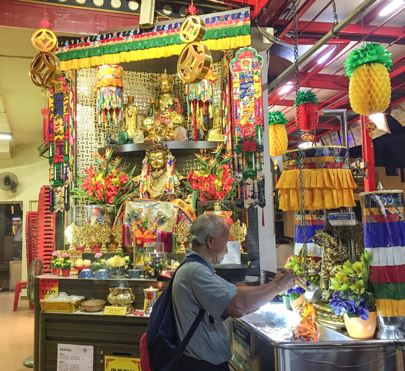 Человек моля на тибетском виске в Сингапуре стоковая фотография rf