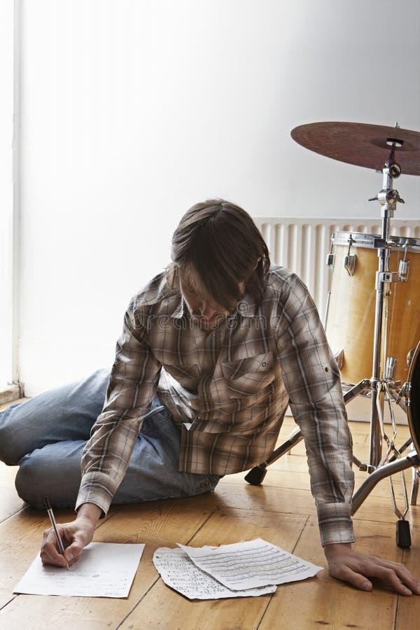 Человек музыкой сочинительства набора барабанчика на поле стоковые изображения rf