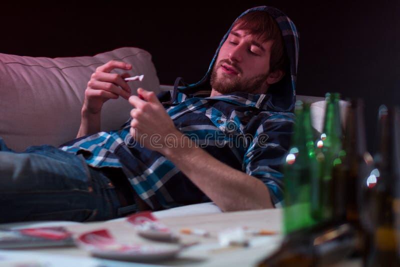 Человек наркомана увольняет соединение стоковая фотография