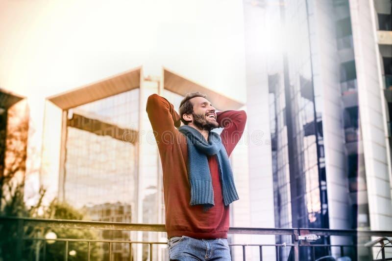 Человек наслаждаясь солнечностью стоковые изображения