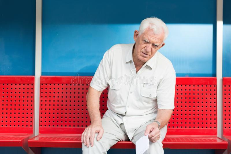 Человек на автобусной остановке стоковое фото