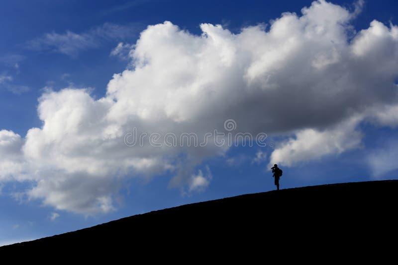 Человек на белой песчанной дюне в раннем утре на голубом небе, Muine, стоковая фотография