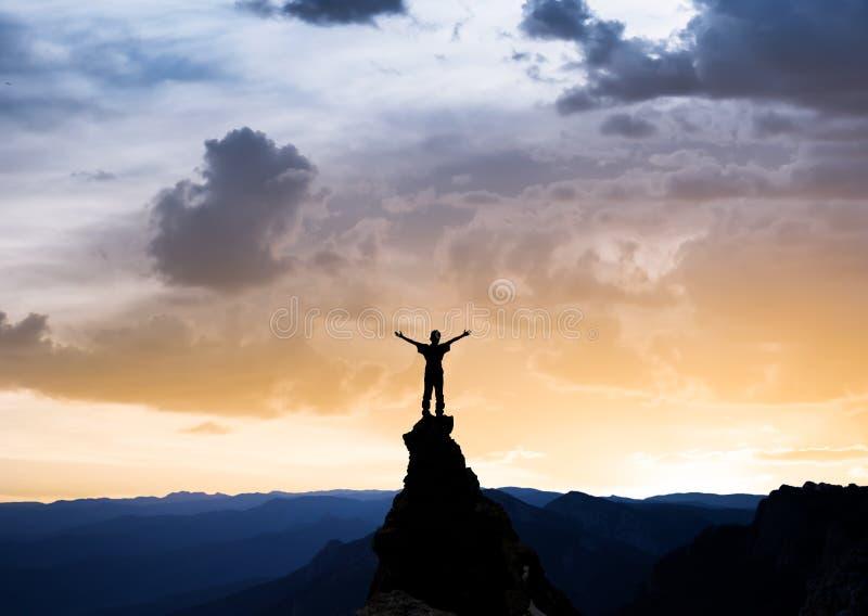 Человек на верхней части утеса стоковые фото
