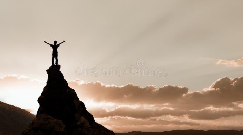 Человек на верхней части утеса стоковое изображение rf