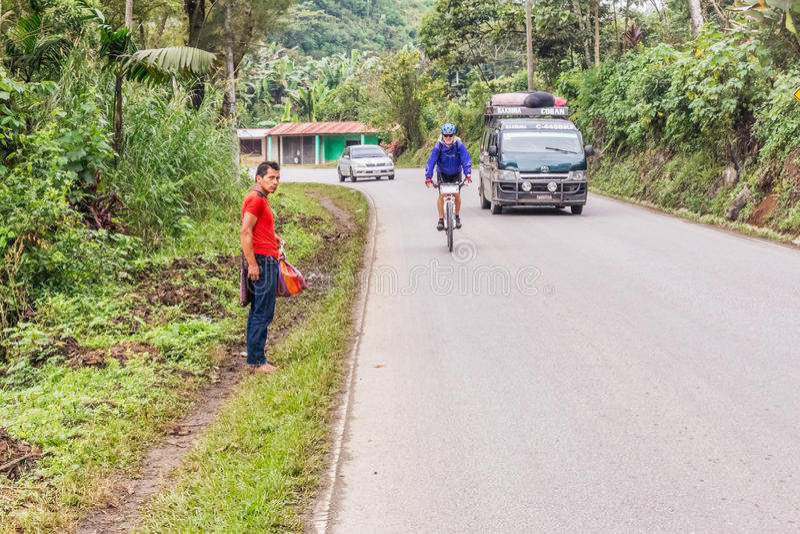 Человек на велосипеде в гористых местностях Гватемалы стоковые фотографии rf