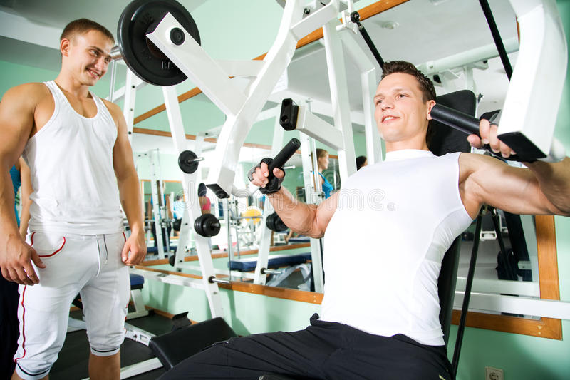 Человек на гимнастике Фитнес стоковая фотография