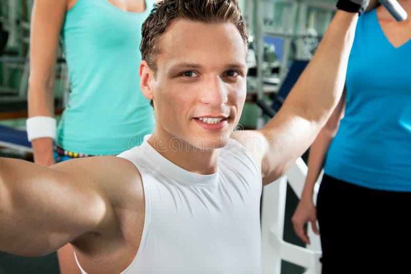 Человек на гимнастике Фитнес стоковые фото