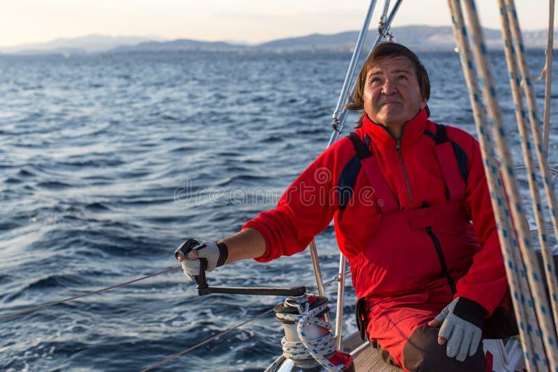 Человек на его яхте плавания Спорт стоковые изображения rf