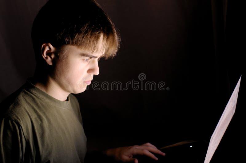 Человек на компьютере на ноче стоковое изображение rf