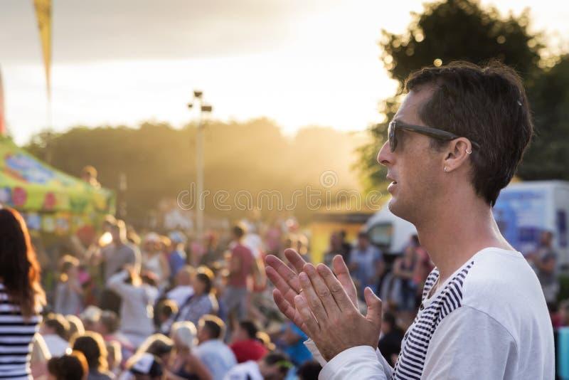 Человек на концерте или фестивале лета стоковые изображения rf