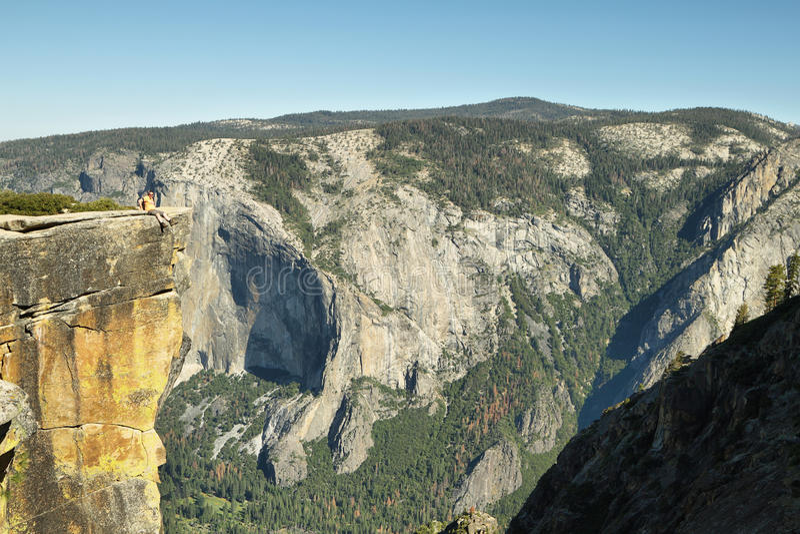 Человек на крае скалы в пункте Taf, Yosemite стоковые изображения