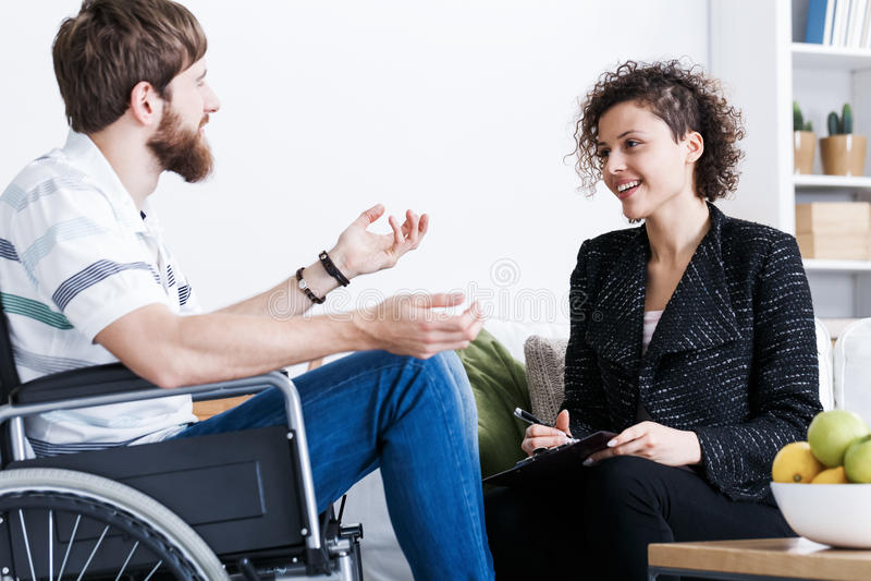 Человек на кресло-коляске во время психотерапии стоковое фото rf