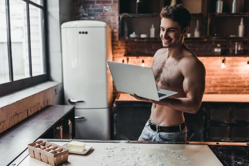 Человек на кухне стоковые фотографии rf