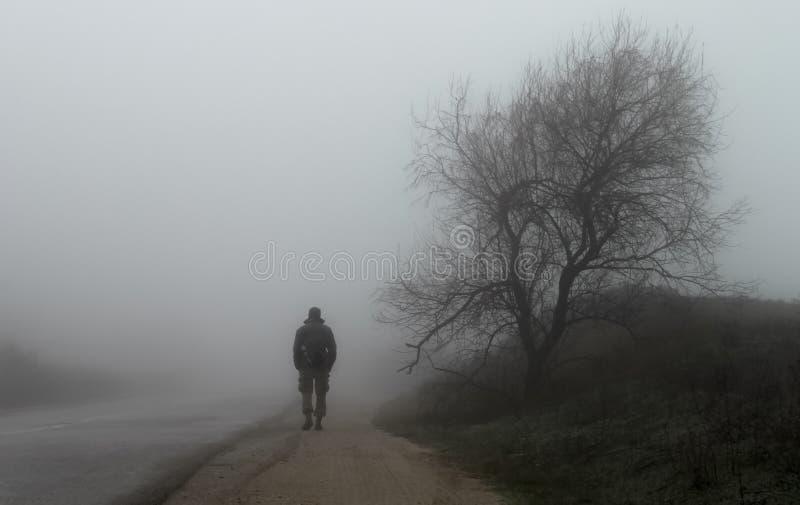 Человек на дороге стоковое изображение rf