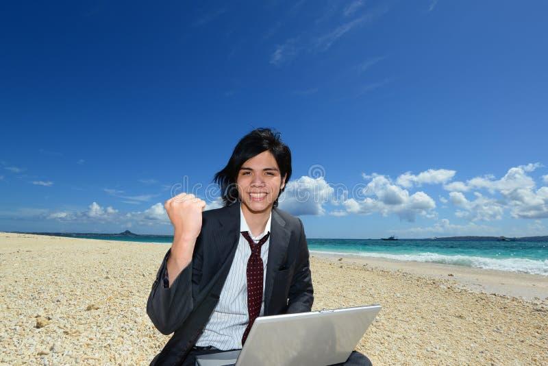 Человек на пляже стоковые изображения rf