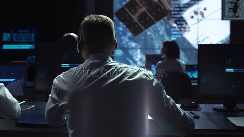 Человек на рабочем месте в космическом центре стоковые изображения rf