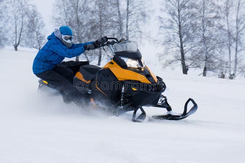 Человек на снегоходе в горе зимы стоковые изображения rf
