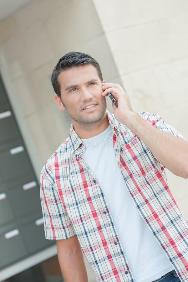 Человек на телефоне кажется потерянным стоковые изображения rf