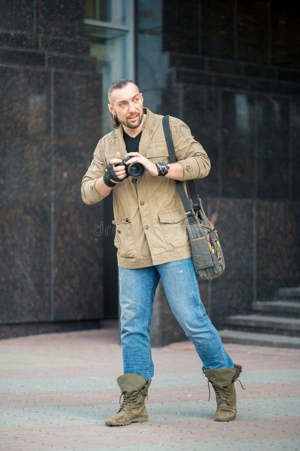 Человек на фотографировать улицы стоковое фото rf