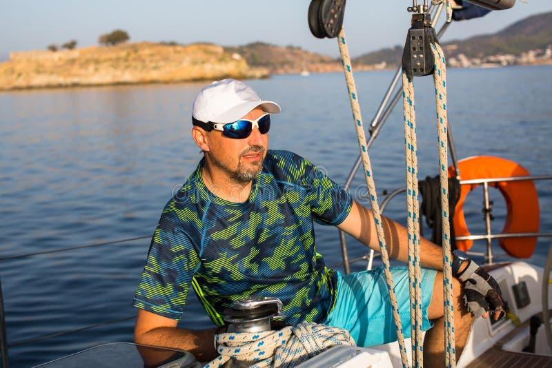 Человек на шлюпке яхты плавания Спорт стоковые фотографии rf