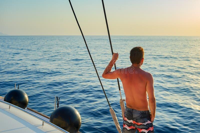 Человек на яхте стоковое изображение rf
