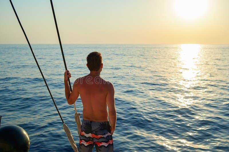 Человек на яхте стоковая фотография