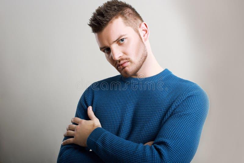 Человек нося голубой свитер стоковые фотографии rf