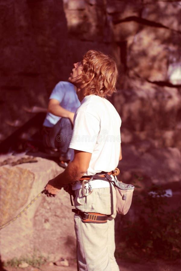 Человек обеспечивает безопасность альпиниста стоковые изображения rf